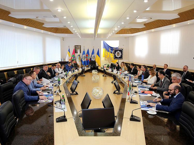 Арсен Аваков презентував послам країн G7 Стратегію деокупації Донбасу