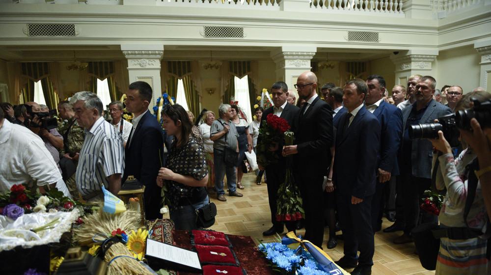 """Представники """"Народного фронту"""" взяли участь у церемонії прощання з Левком Лук'яненком (фото, відео)"""
