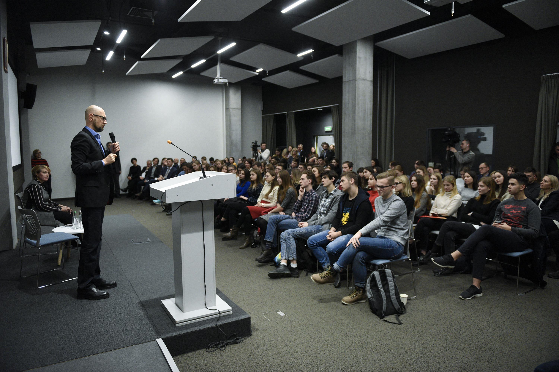 Арсеній Яценюк назвав п'ять основних викликів для України-2019