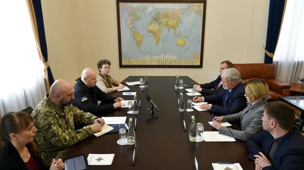 Олександр Турчинов запросив провідних міжнародних військових експертів до участі у реформуванні «Укроборонпрому»