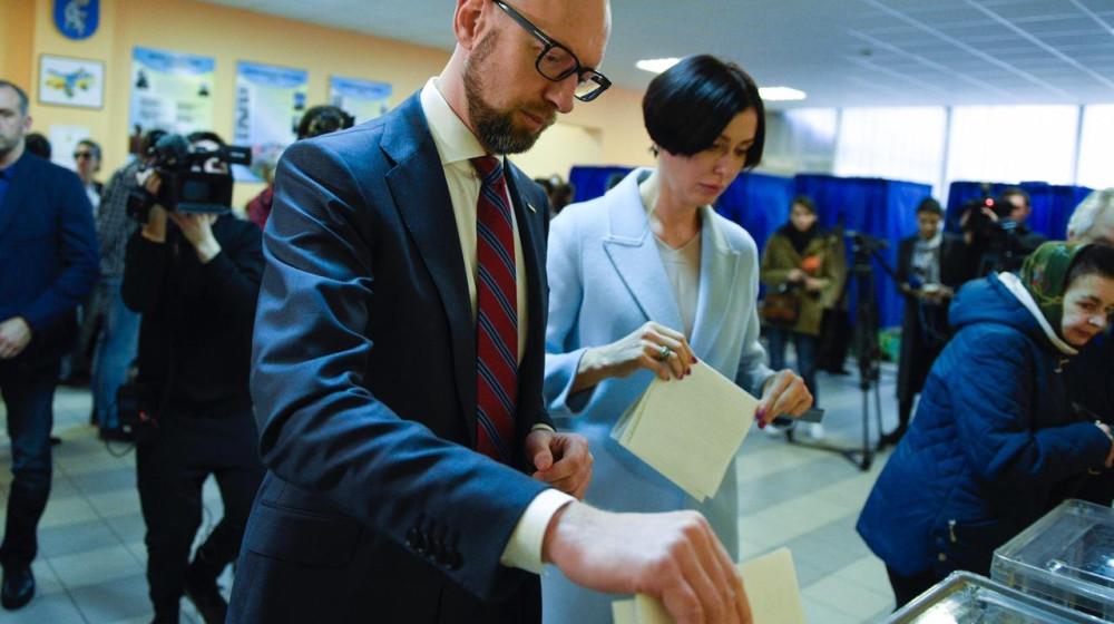 Арсеній Яценюк проголосував у першому турі виборів Президента: Сподіваюся, 37 кандидатів визнають результати. Наступні три тижні потребуватимуть від нас розуму і відповідальності (фото, відео)
